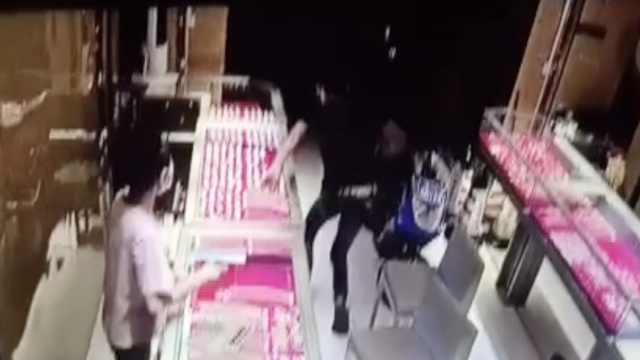 男子金店试戴金链后拔腿就跑,藏身垃圾堆被警方抓获