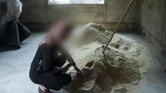 女子把财物藏进沙堆却找不到了,报警后发生尴尬一幕