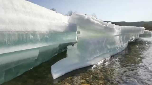 夏日冰河奇观!室外20℃穿短袖,中国最冷小镇冰层仍有1米高