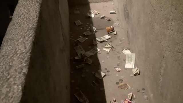 洛阳博物馆千年石棺变许愿池,游客扔硬币求平安