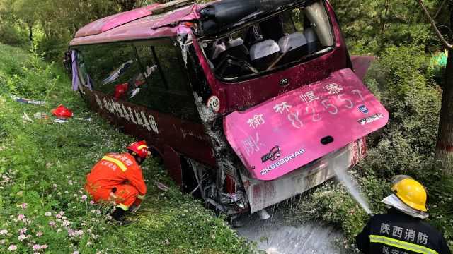 陕西一客车高速路追尾冲出护栏侧翻,致15人受伤