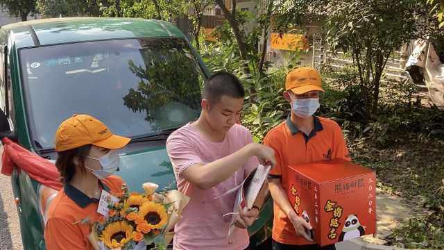 四川首份大学录取通知书主人被话筒包围:难以名状的压力