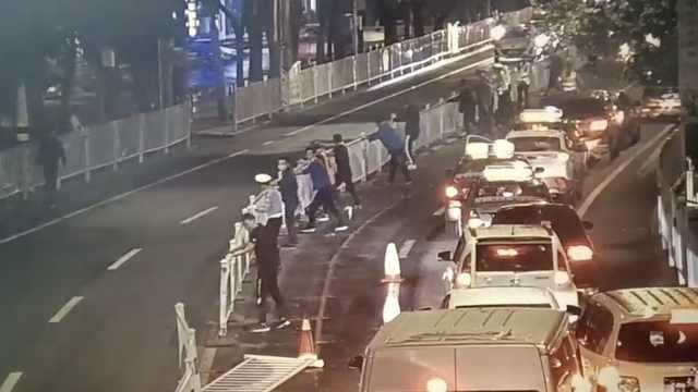 大风刮倒隔离护栏,交警一个手势来了10多名司机帮忙