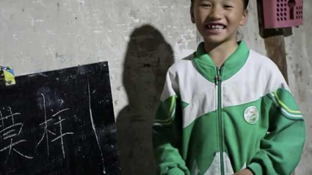 9岁女童小黑板上教爷爷识字一千多天,从目不识丁到基本认识