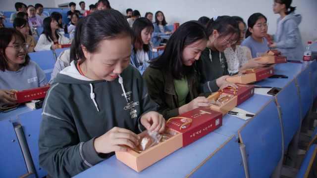 高校发放定制版校徽月饼,学生投票选口味
