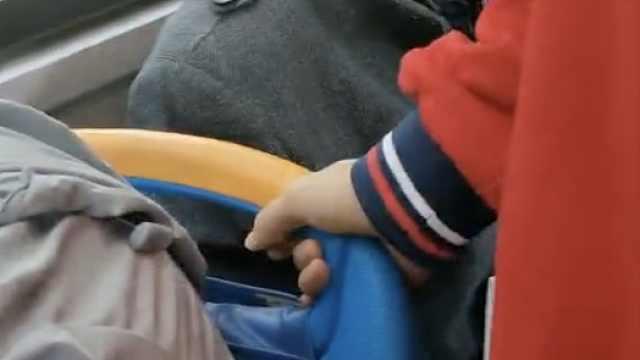 8旬大爷公交上连催学生让座,阿姨帮说话被怼:老了就有理