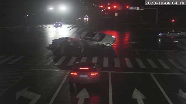 奥迪超跑闯红灯撞翻卡宴,车损200万:司机着急去网吧