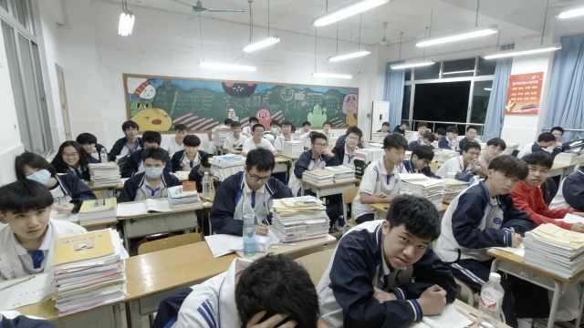 老师自拍突然关灯查手机走红:记录师生日常相处,能拉近距离