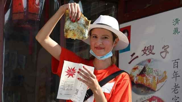 摊煎饼、听相声、捏泥人,俄罗斯女孩打卡网红天津