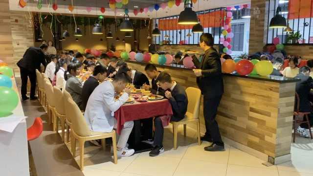 中学请108名优秀学生吃牛排,校领导端盘上菜