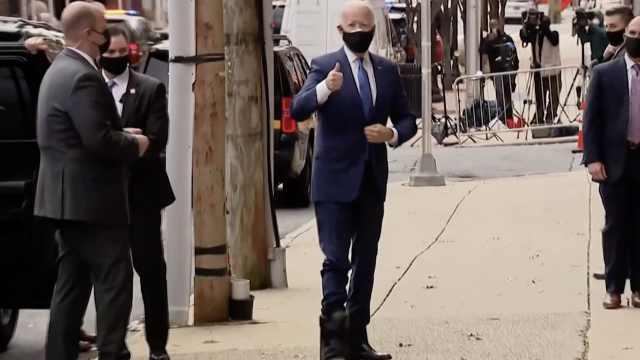 拜登骨裂后首次公开露面,穿专用保护靴:我很好