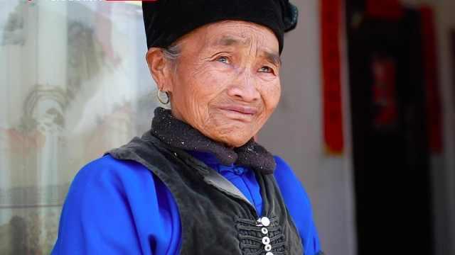 """85岁布朗族老奶奶搬新居:""""8个人端我上来,我忍不住哭了"""""""