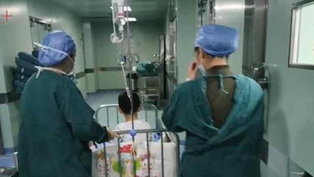 """暖!自闭症宝宝做手术,医生""""开后门""""让妈妈陪伴"""
