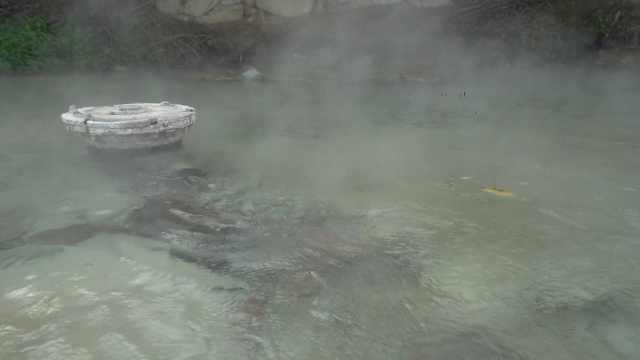 85度天然温泉藏身田野中,村民:高峰时有300人前来洗澡