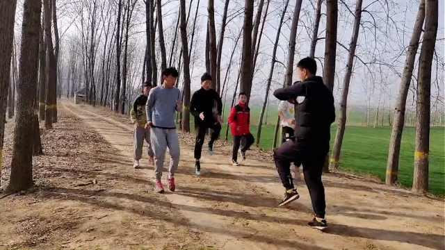 体育生寒假回家带全村小孩练体育:别天天躺床上玩手机
