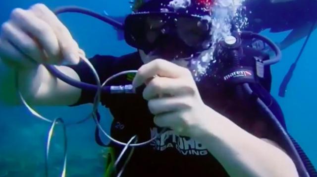 绝了!魔术师水下展现神奇一幕