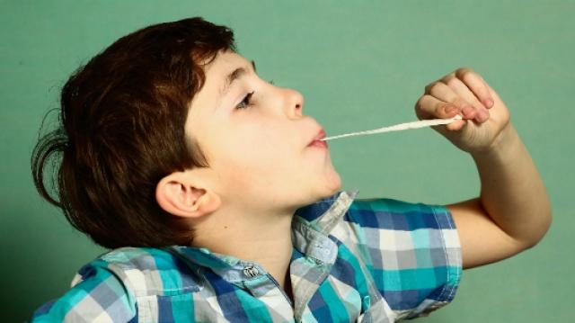 不小心咽下口香糖,会粘住肠子吗?