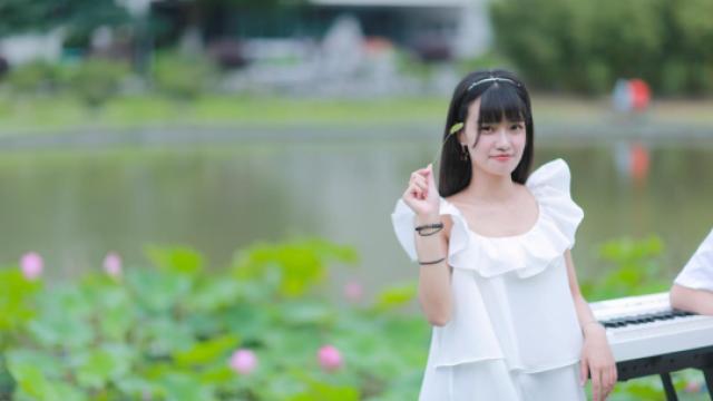 甜美女生校园翻唱林俊杰《当你》