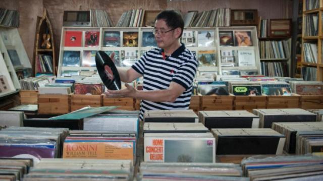 大伯20年收藏10万多张黑胶唱片