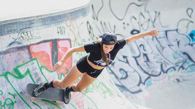 谁说女子不如男?美女滑板漂移酷呆