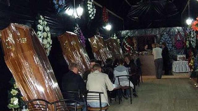 世界上最恐怖的餐厅,在棺材里吃饭