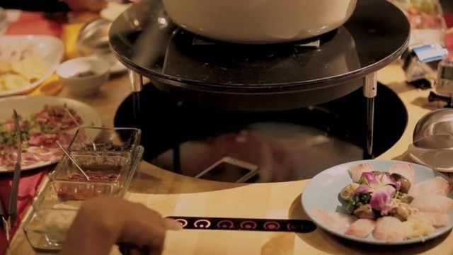 用这张桌子吃火锅,没人敢玩手机!