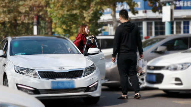 路人会帮助女司机倒车吗?