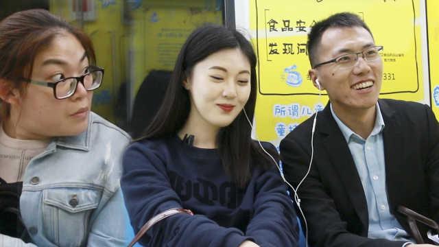 美女地铁跟路人分享耳机,太撩人了