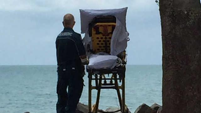 医生帮临终病人在海边享受最后时光