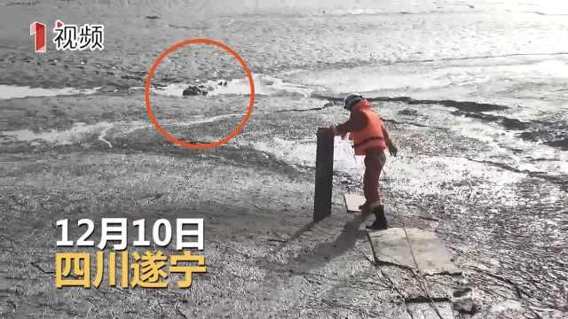 女子散步掉泥潭 消防开挖掘机营救