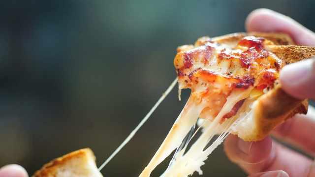 用面包片做迷你披萨,比外卖还快手
