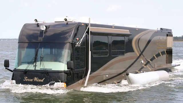 老外把房车开到河里,居然没沉下去