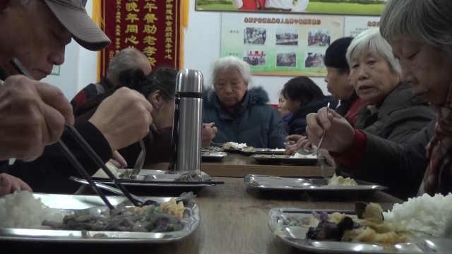 暖!他们连续三年为老人做免费午餐