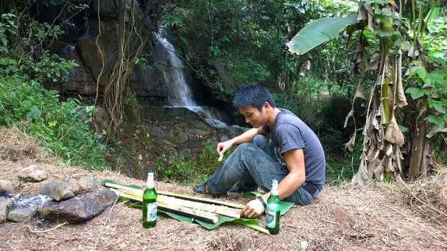 在小溪边做个竹筒饭,喝点小酒