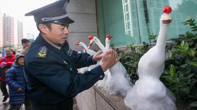 杭州下雪,保安用雪堆出各种小动物