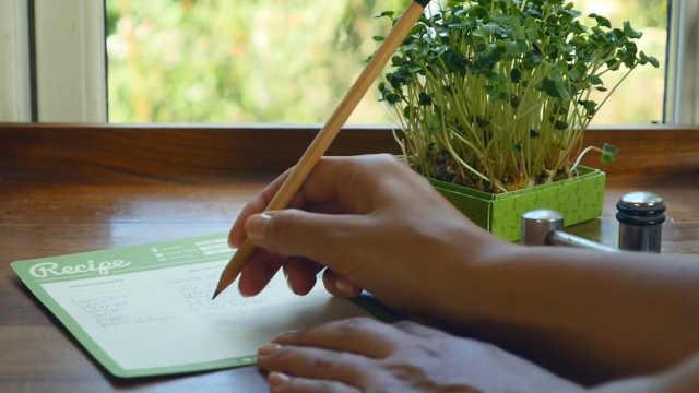 这种铅笔用完后插土里,能长出植物!