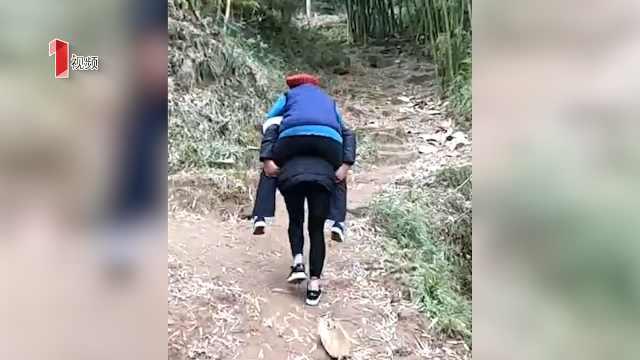 背着奶奶看病三年 女孩替父行孝