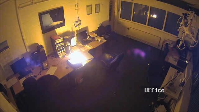 惠普笔记本充电时爆炸办公室被烧毁