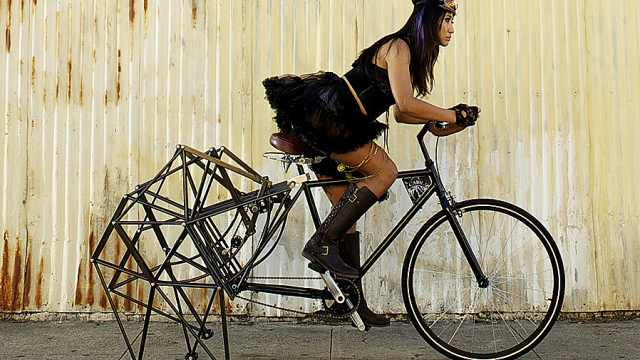 美国人脑洞大开,造了辆带腿自行车