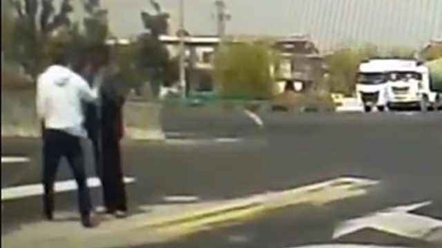 司机扶盲人过马路,后面车静静等待