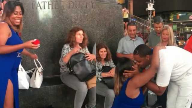 美女当街下跪求婚,男友激动坏了
