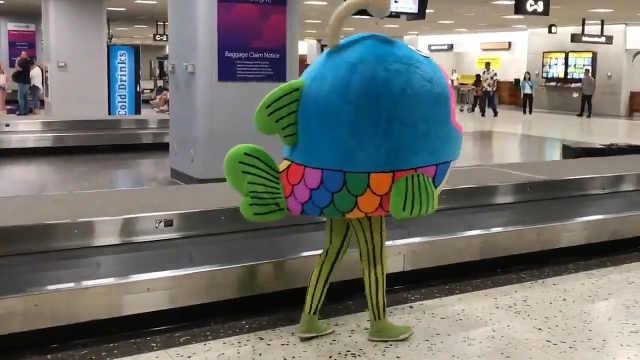 有网友在机场拍到了这样一幕……