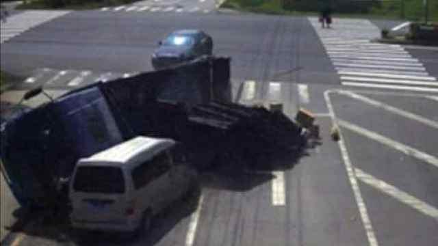货车避让轿车侧翻 ,轿车司机开溜