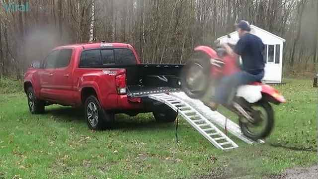 花式表演!歪果仁终把摩托开上卡车