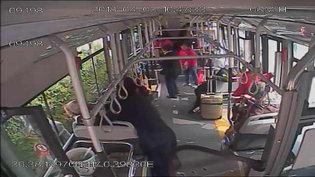 老人公交犯病,司机伸手防止咬舌