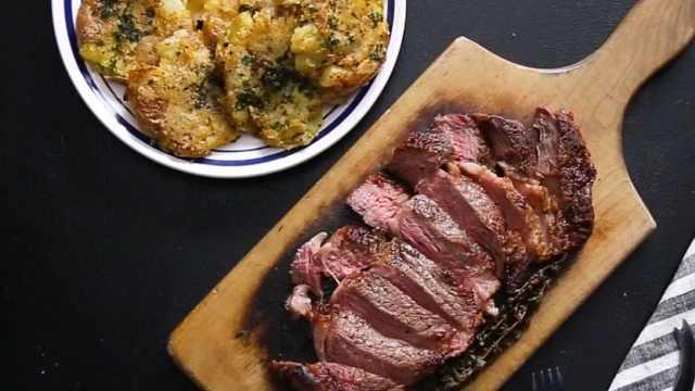 好吃的烤牛排和烤土豆小吃