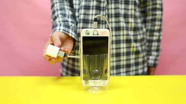 用饮料瓶改装的手机充电神器,实用