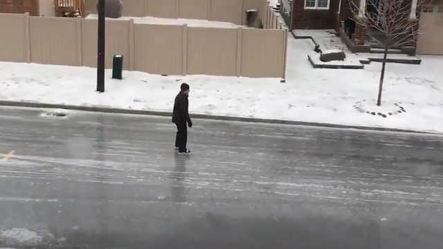 路面结冰怎么办?加拿大人滑冰出行
