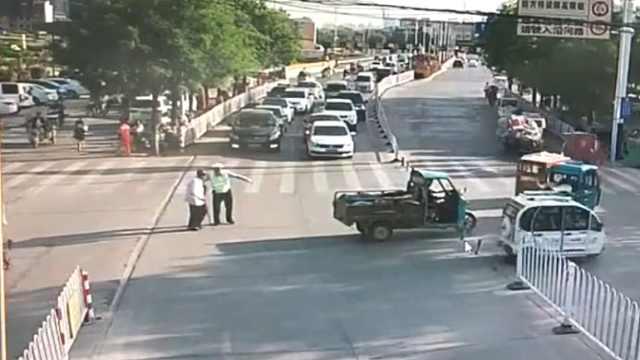 暖心26秒!车流中交警扶老人过马路