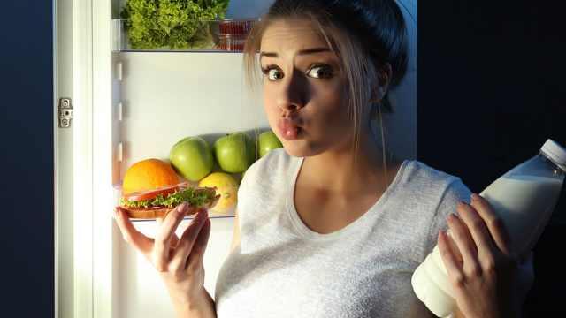 视频告诉你睡前能吃啥不能吃啥
